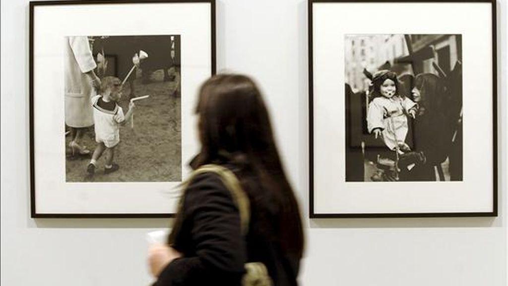 """VD05. VALLADOLID, 18/03/2010.- Una joven recorre la sala de exposiciones de San Benito de Valladolid, que desde hoy acoge la muestra """"Y los cielos se nublan"""", una mirada personal sobre la Semana Santa, proyectada por algunos de los principales fotógrafos españoles de las últimas décadas, entre ellos Masats, Catalá Roca y García Rodero. EFE"""