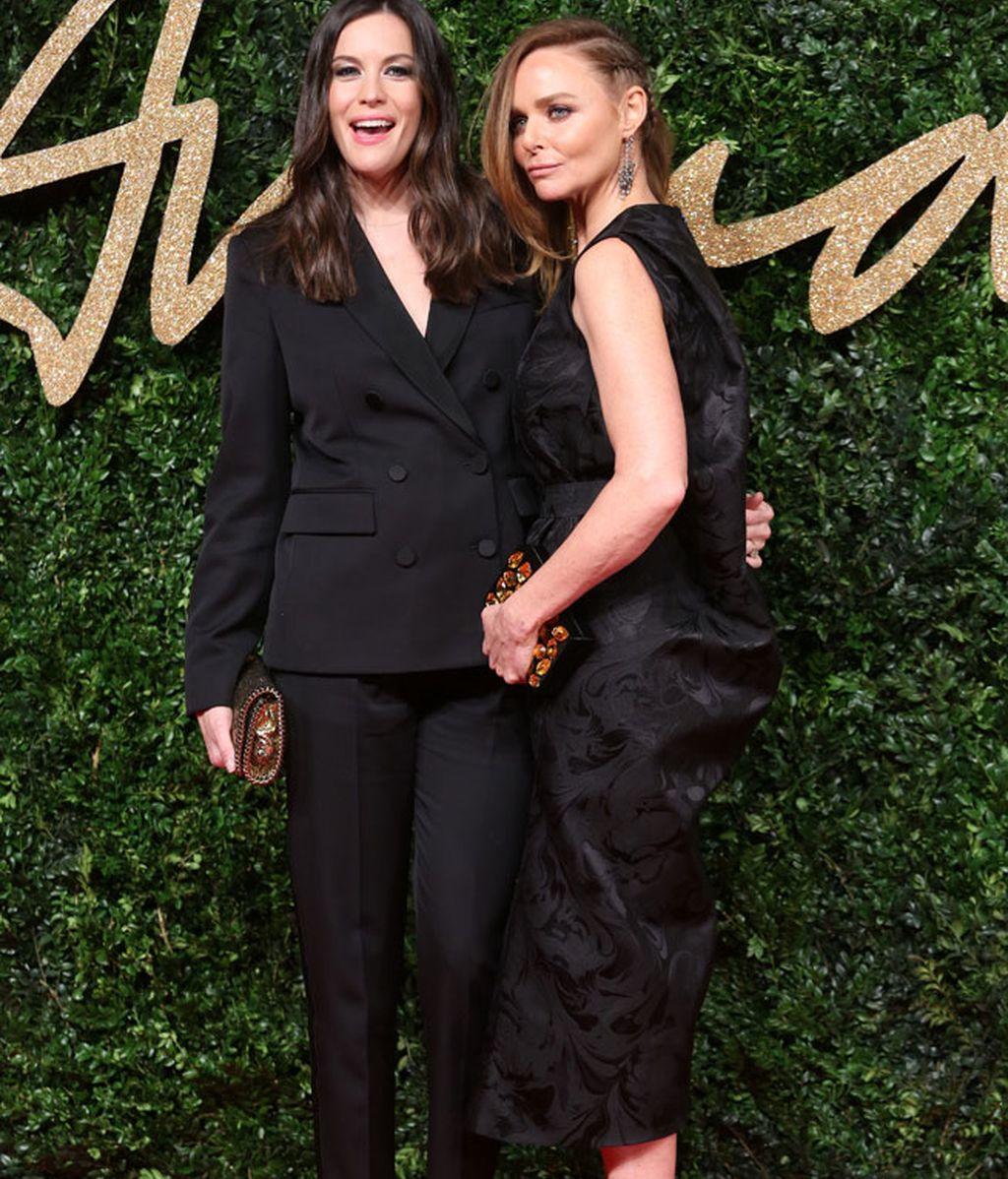 Stella McCartney, 'Marca del Año', posa con Liv Tyler