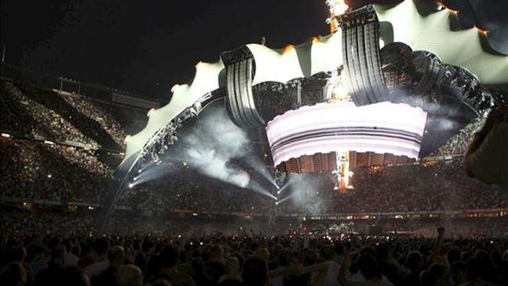 La banda irlandesa U2 aterriza en el estadio Camp Nou de Barcelona con su gigantesca nave espacial ante más de 90.000 'terrícolas' entregados a la causa de Bono y los suyos. Vídeo: Informativos Telecinco.