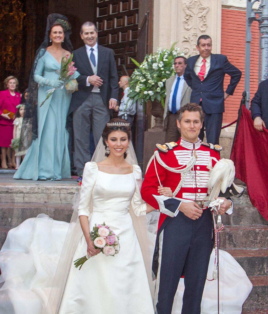 Los recién casados a la salida de la iglesia