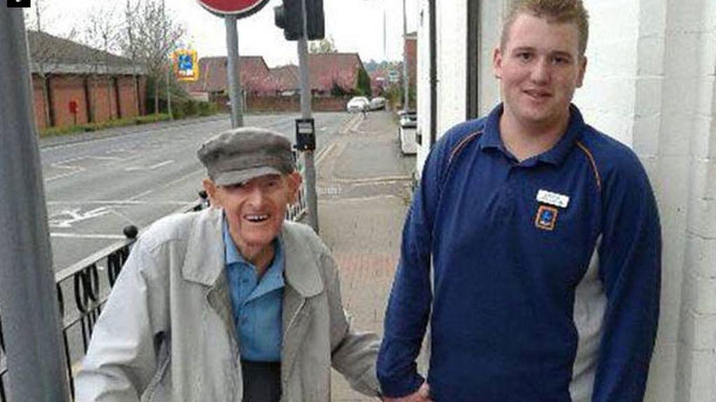 Christian Trouesdale, Greater Manchester, empleado servicial, atención de ancianos, personas mayores