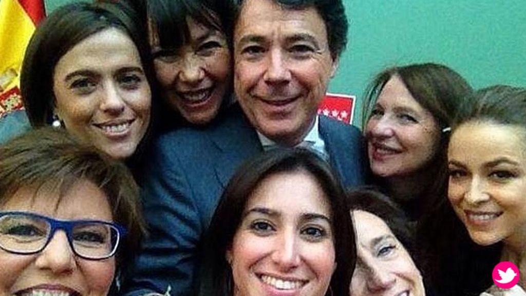 El selfie con famosas del presidente de la Comunidad de Madrid, Ignacio González