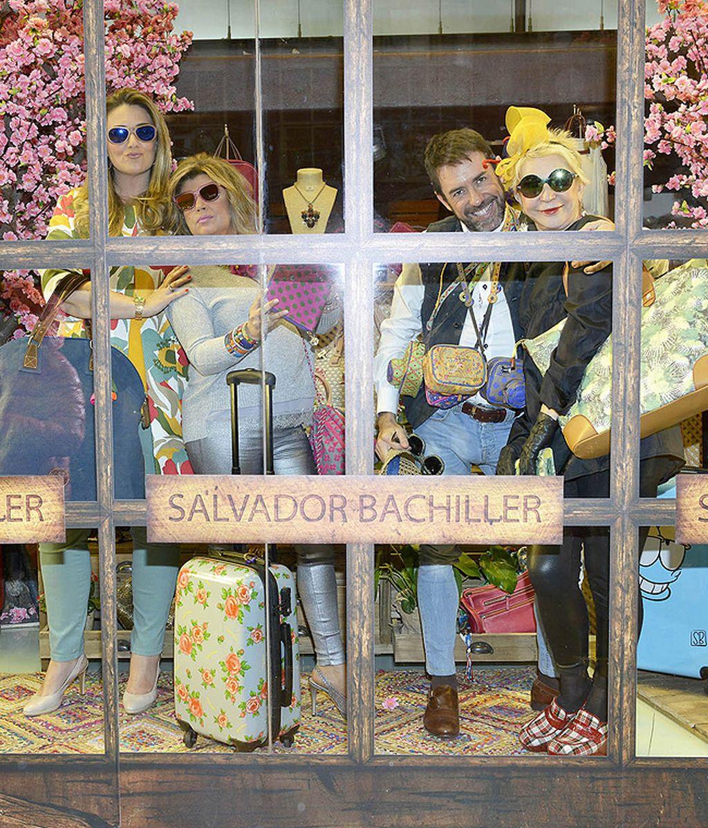 Los colaboradores posan en el escaparate de Salvador Bachiller