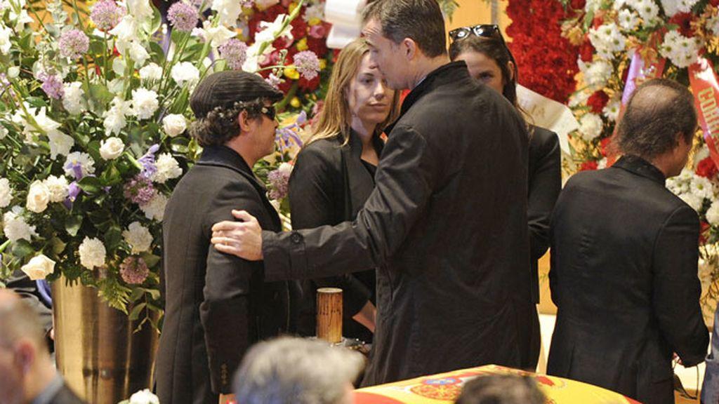 El Príncipe Felipe consolando a Alejandro Sanz, compadre de Paco de Lucía