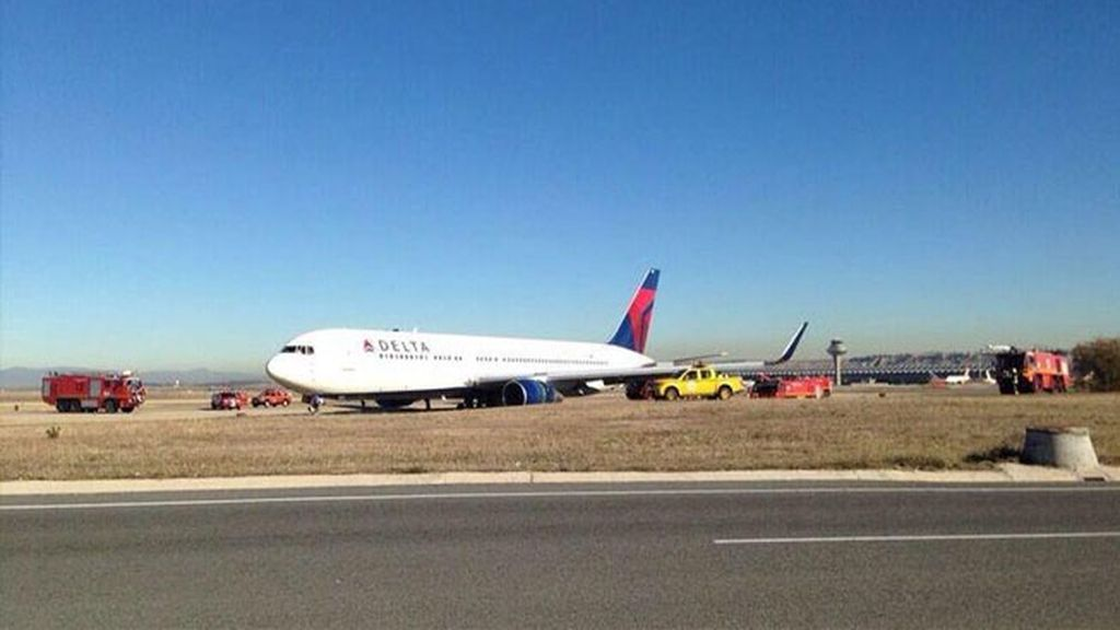 Un avión se sale de la pista en Barajas por un fallo hidráulico