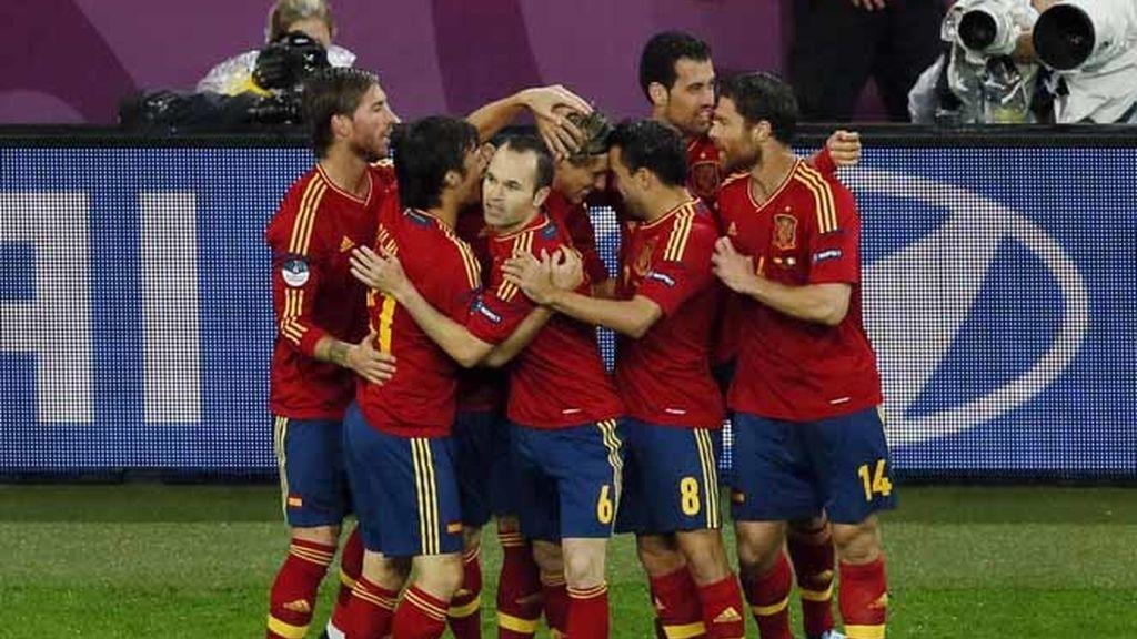 La Roja celebra el gol de Torres