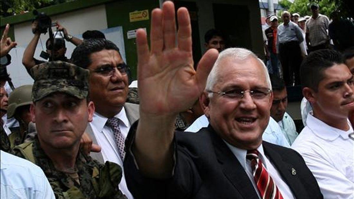 Imagen de este martes del nuevo presidente de Honduras, Roberto Micheletti (d), mientras saluda a un grupo de seguidores. EFE