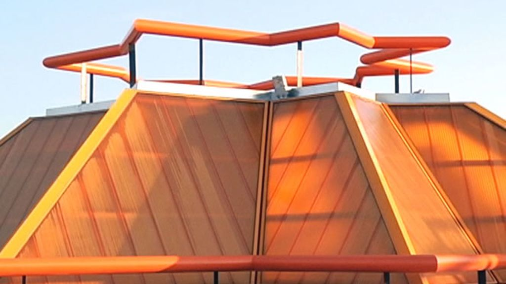 Edificio muy característico por sus tonos anaranjados