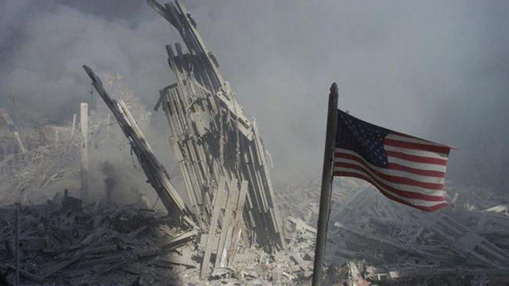 Bandera estadounidense en los escombros del World Trade Center (Nueva York)