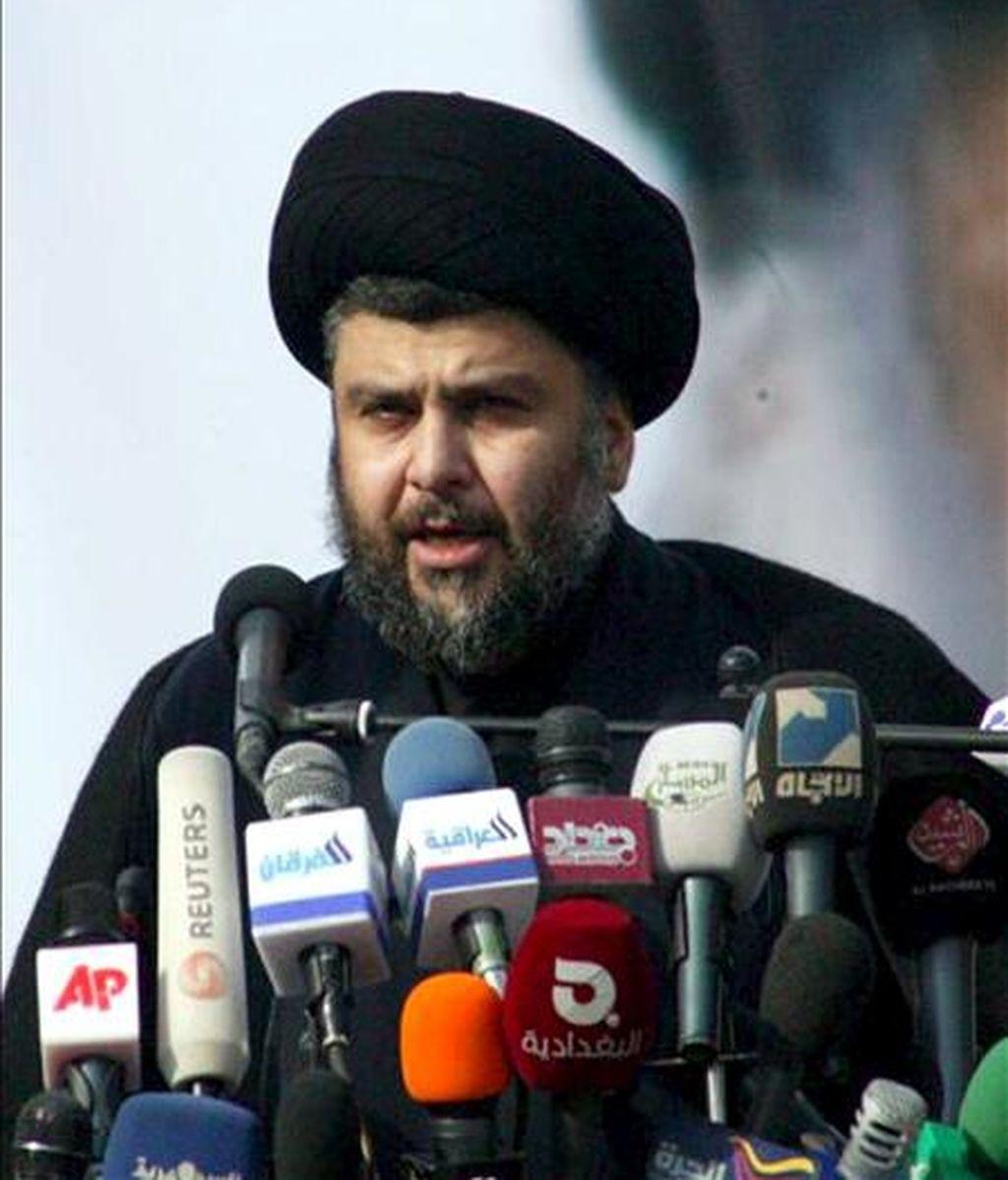 """El influyente clérigo radical chií Muqtada al Sadr ofrece un discruso a sus seguidores durante una manifestación en Nayaf (Irak) hoy, 8 de enero de 2011. Sadr instó hoy al Gobierno iraquí a """"buscar la salida del ocupante"""" en su primer discurso tras su regreso hace tres días a Irak después de más de tres años de exilio voluntario en Irán. EFE"""