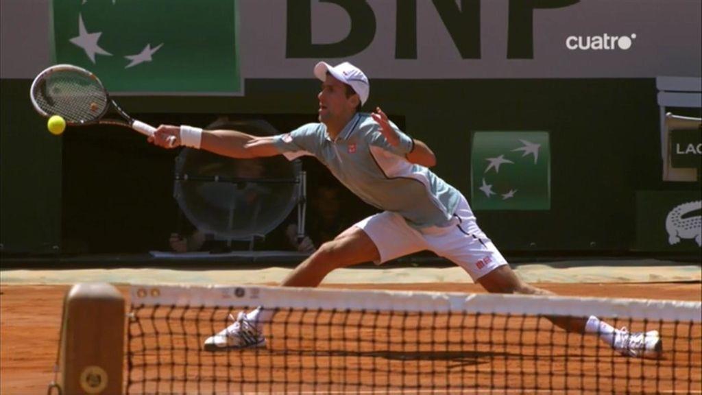 Djokovic llega muy justo a una bola de Nadal.