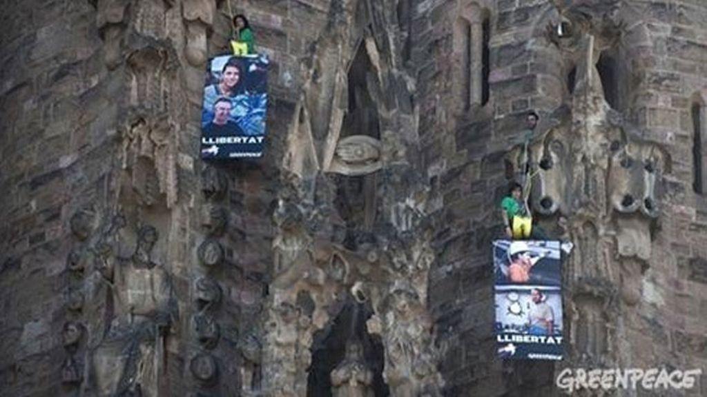 Activistas de Greenpeace se cuelgan en la Sagrada Familia