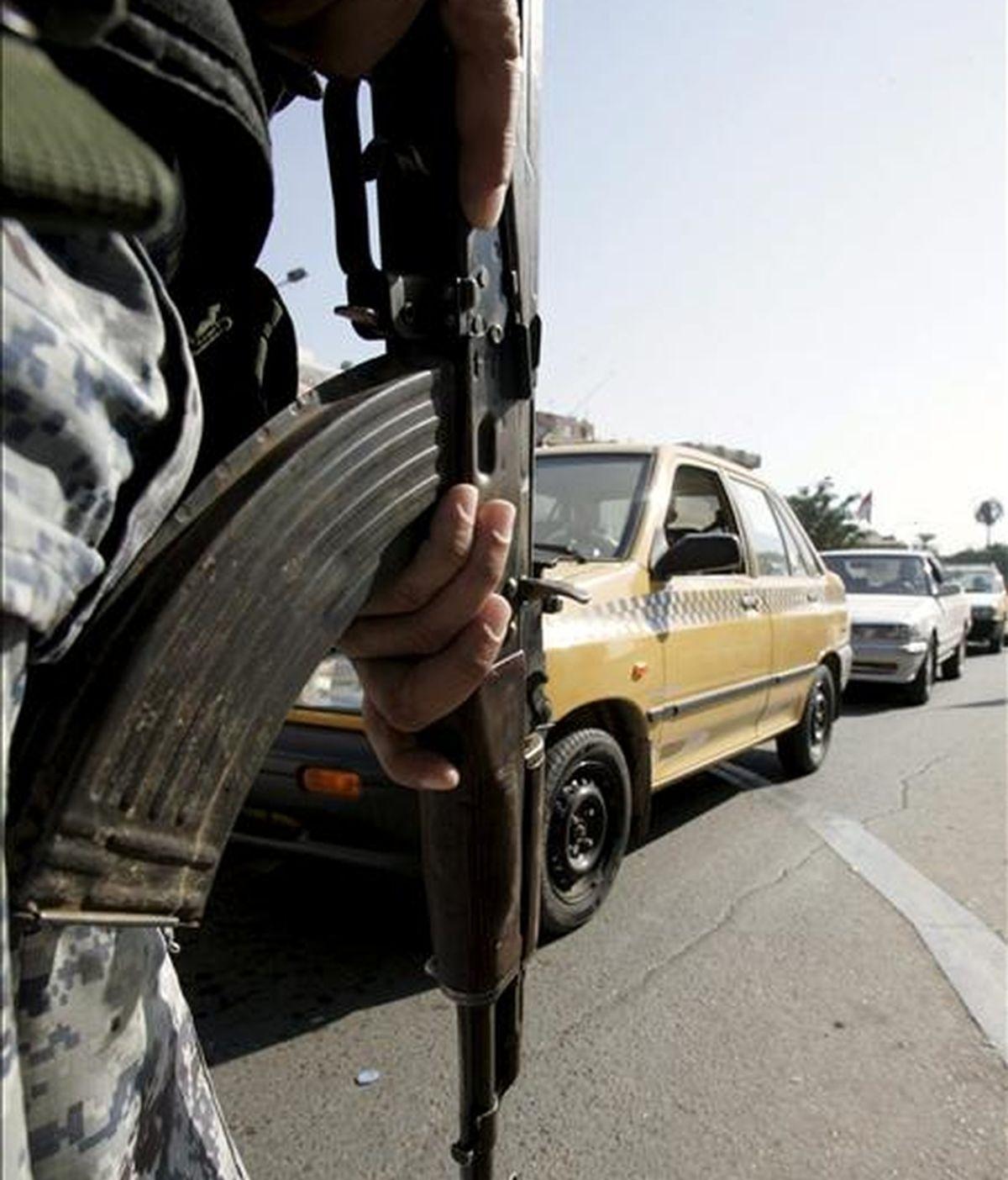 Un policía iraquí hace guardia en un punto de control en el centro de Bagdad en Irak. EFE/Archivo