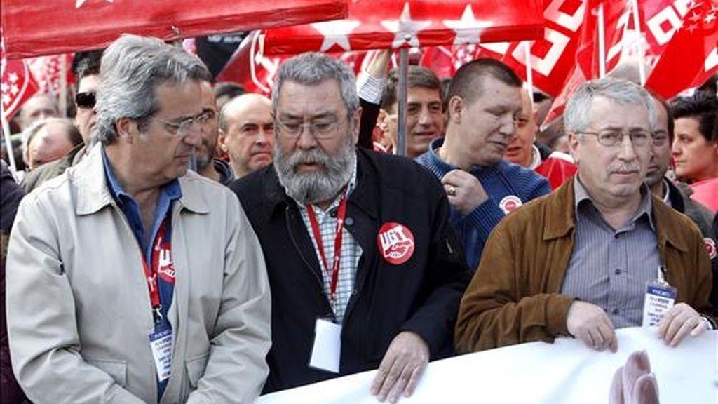 """Los secretarios generales de CCOO y UGT, Ignacio Fernández Toxo (d) y Cándido Méndez (c), en la cabecera de la manifestación convocada por CCOO y UGT de Madrid bajo el lema """"Por el empleo y la protección social, contra la crisis y el abuso empresarial"""". EFE"""