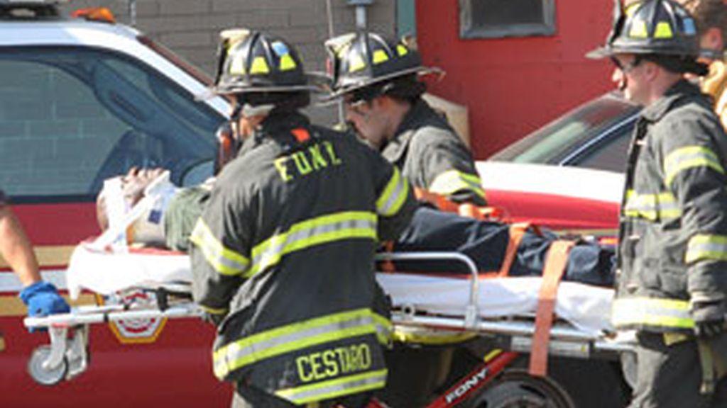 Unidades de emergencia ayudan a trasladar a un herido de un accidente.Foto: GTRES