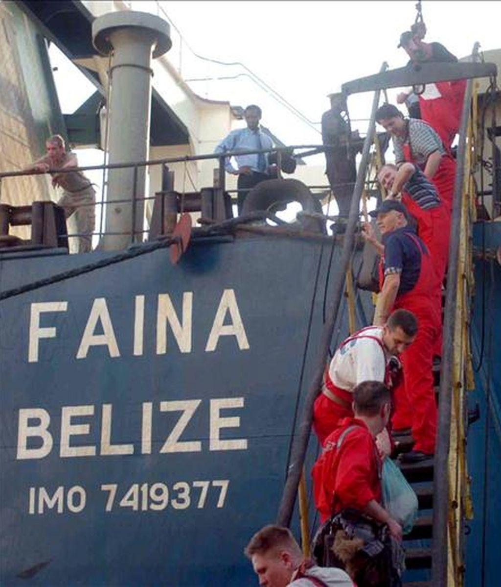 La tripulación del carguero ucraniano Faina, que fue secuestrado en las costas de Somalia y liberado tras pagar a los piratas un rescate de 3,2 millones de dólares, desembarcan en el puerto de Mombasa (Kenia), el 12 de febrero pasado. EFE/Archivo