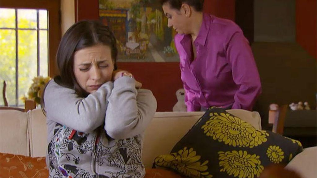 Lola sufre síndrome de Asperger, una enfermedad que provoca pánico al contacto físico