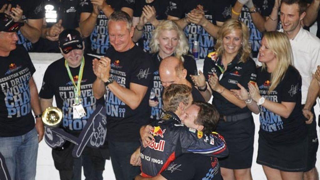 Abrazo Vettel y Christian Horner