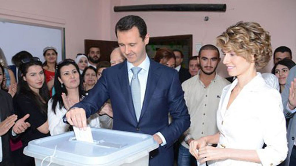 El presidente sirio, Bashar al Assad, vota junto a su mujer Asma