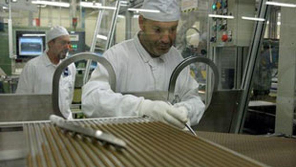Un trabajador manipula el uranio en la fábrica de la Empresa Nacional de Uranio de China. Foto: EFE.