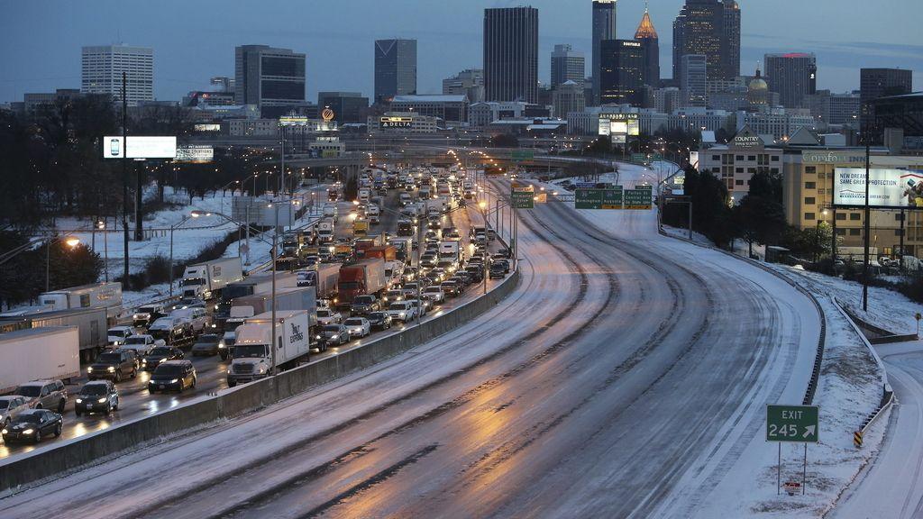 Cientos de miles de coches atrapados en Atlanta