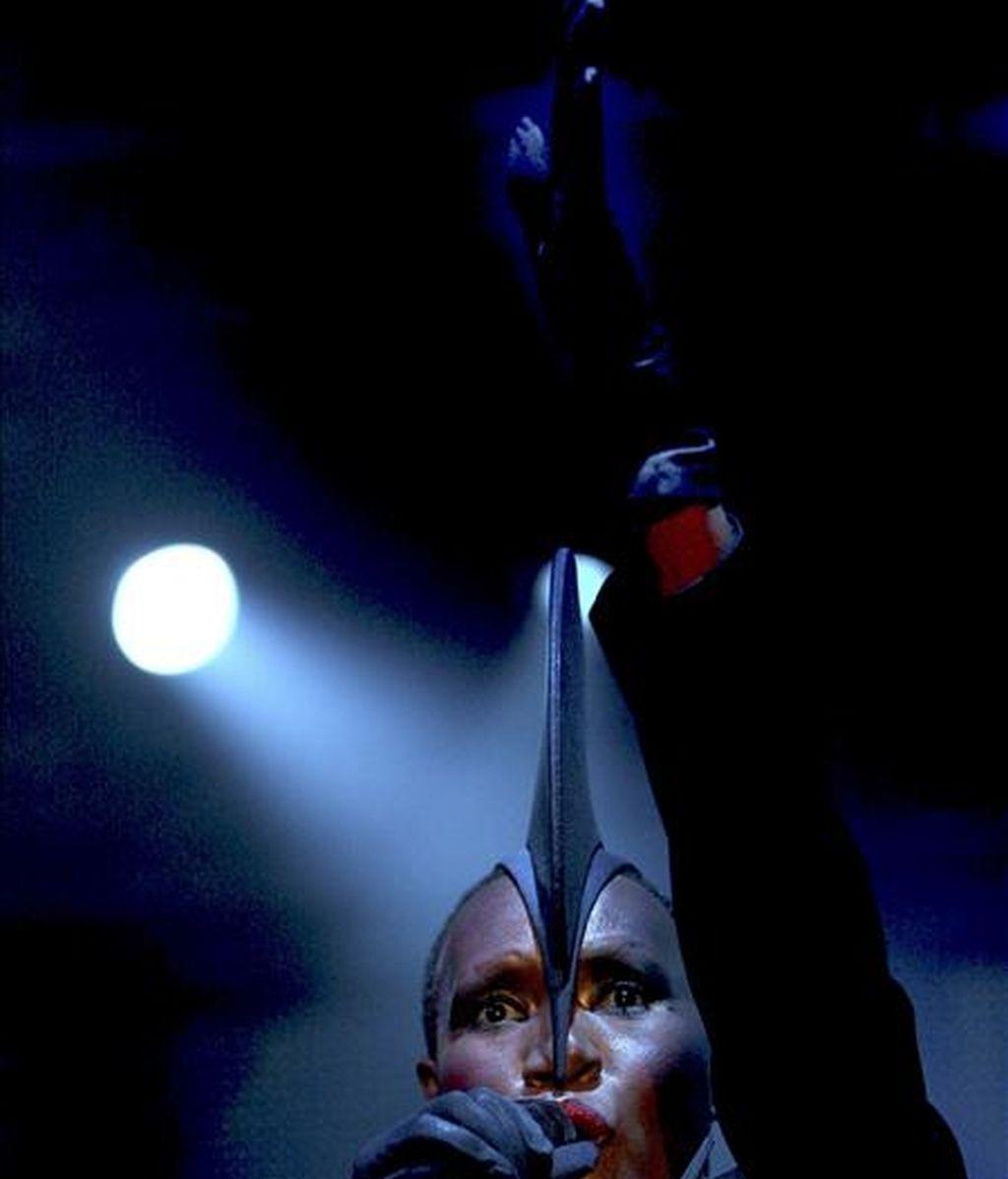 """La cantante, modelo y actriz jamaicana, Grace Jones, de 61 años, durante el concierto que ha ofrecido esta noche en el festival de Música Avanzada, """"Sónar 2009.EFE"""