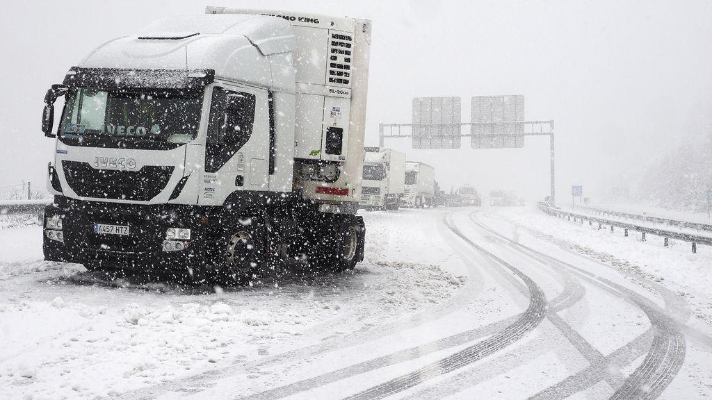 Una veintena de carreteras cortadas por el temporal de nieve