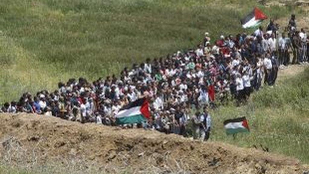 Los sirios, hacia la frontera. En la otra imagen, los soldados israelíes disparan contra la multitud. Fotos: Reuters.