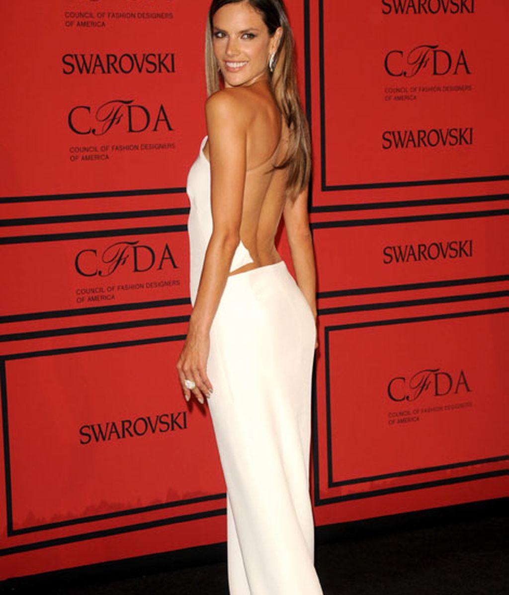 Alessandra Ambrosio luce su espalda