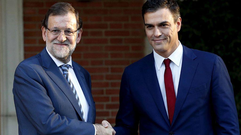 Rajoy recibe a Sánchez en La Moncloa para analizar la respuesta a la declaración independentista