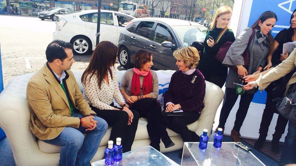 Esperanza Aguirre hace la precampaña en un sofá hinchable