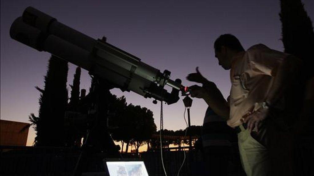 En la imagen, dos hombres concretan la dirección del telescopio en el Observatorio Astronómico del Planetario de Madrid. EFE/Archivo