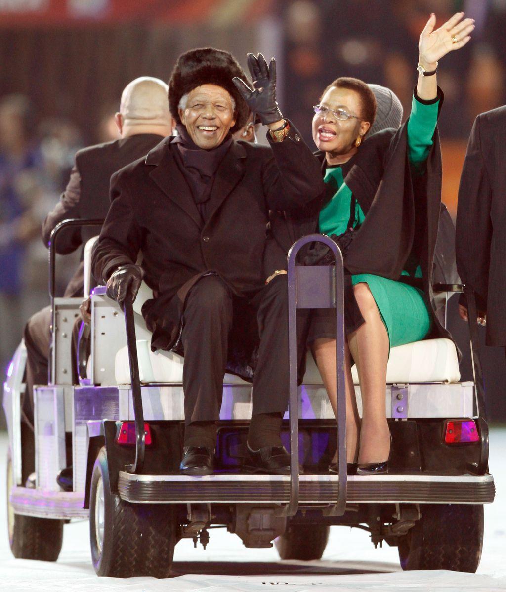 Mandela y su mujer, durante el Mundial de fútbol de Sudáfrica en 2010