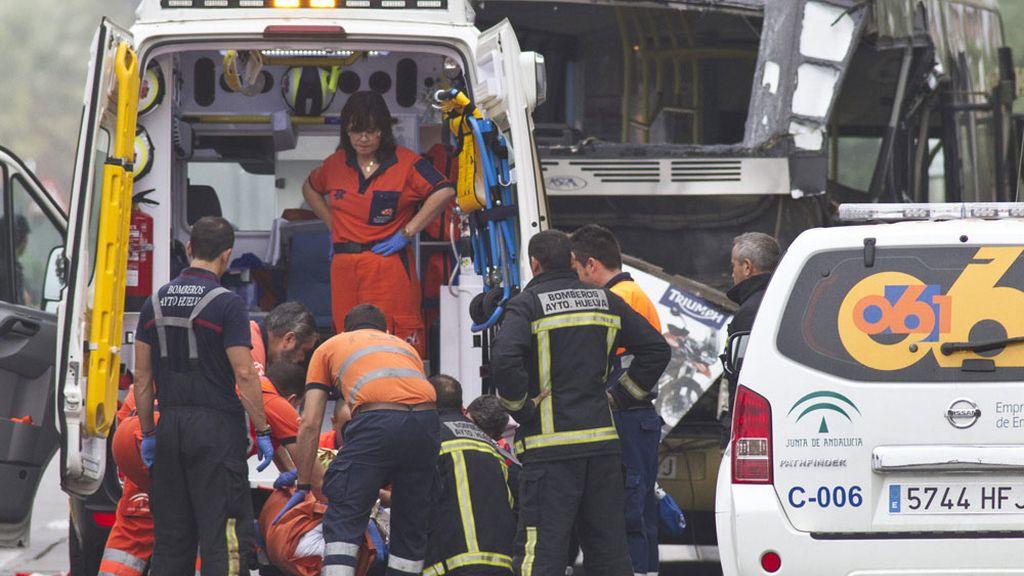 Las asistencias atienden a los heridos en el accidente de autobús en Huelva