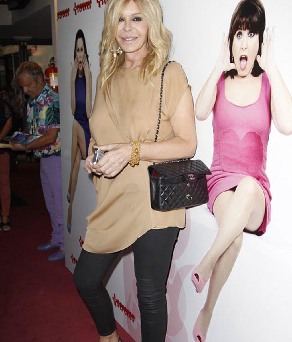 Bibiana Fernández complementó su look con un bolso de Chanel