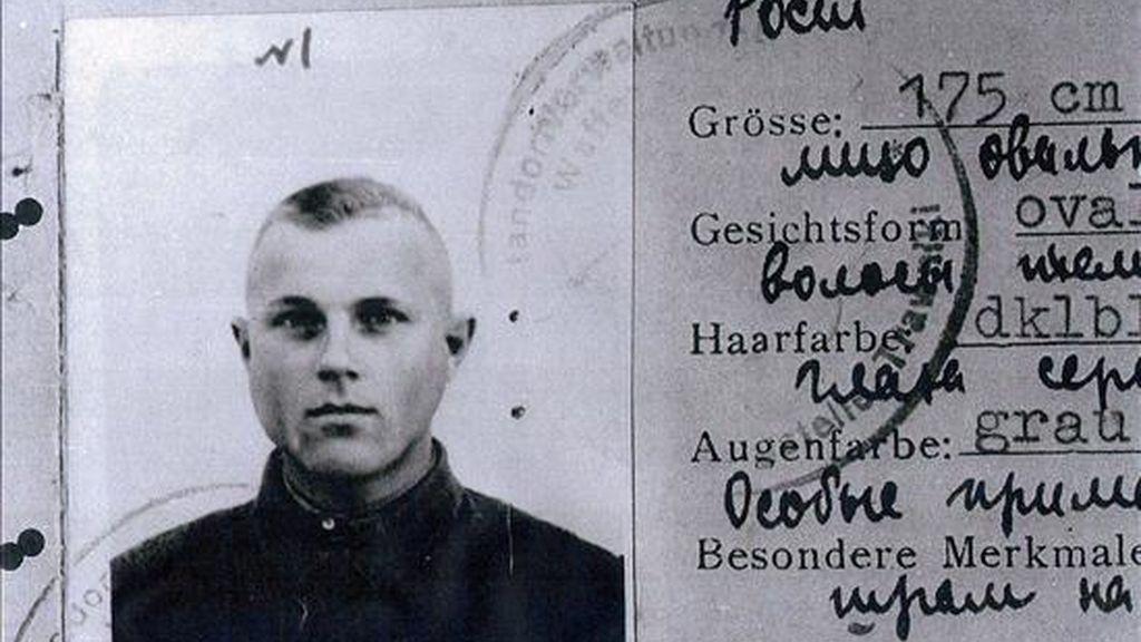 Imagen del documento de identidad de Iwan John Demjanjuk, presunto criminal de guerra nazi, conocido como Ivan El Terrible. EFE/Archivo