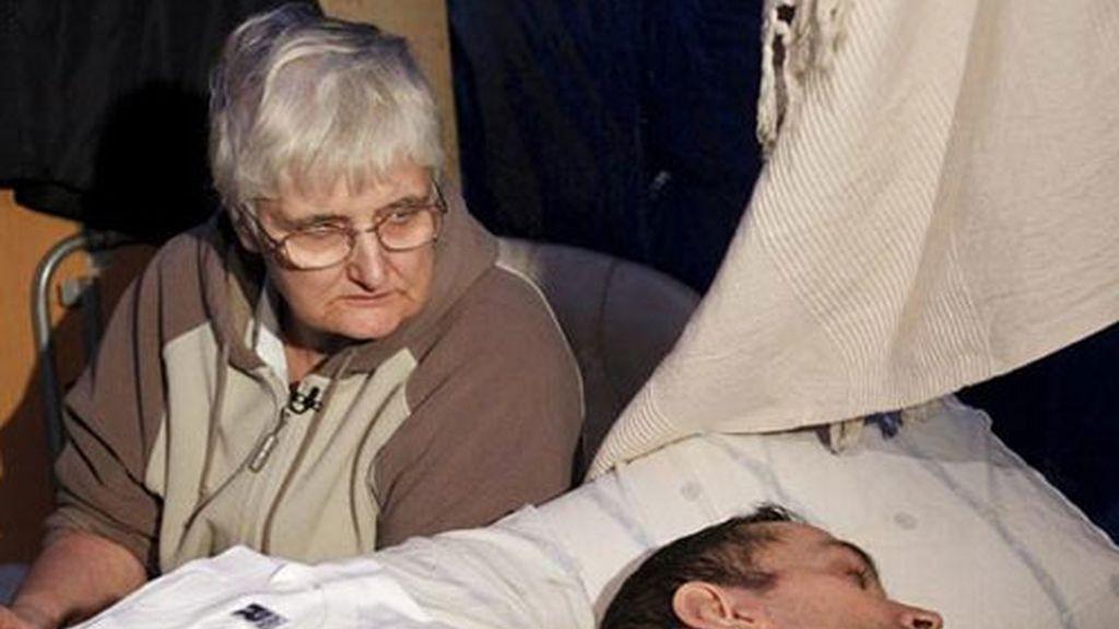 Antonio Meño, el hombre de 42 años que lleva la mitad de su vida en estado vegetativo tras quedar en coma por una supuesta negligencia médica, junto a su madre Juana.