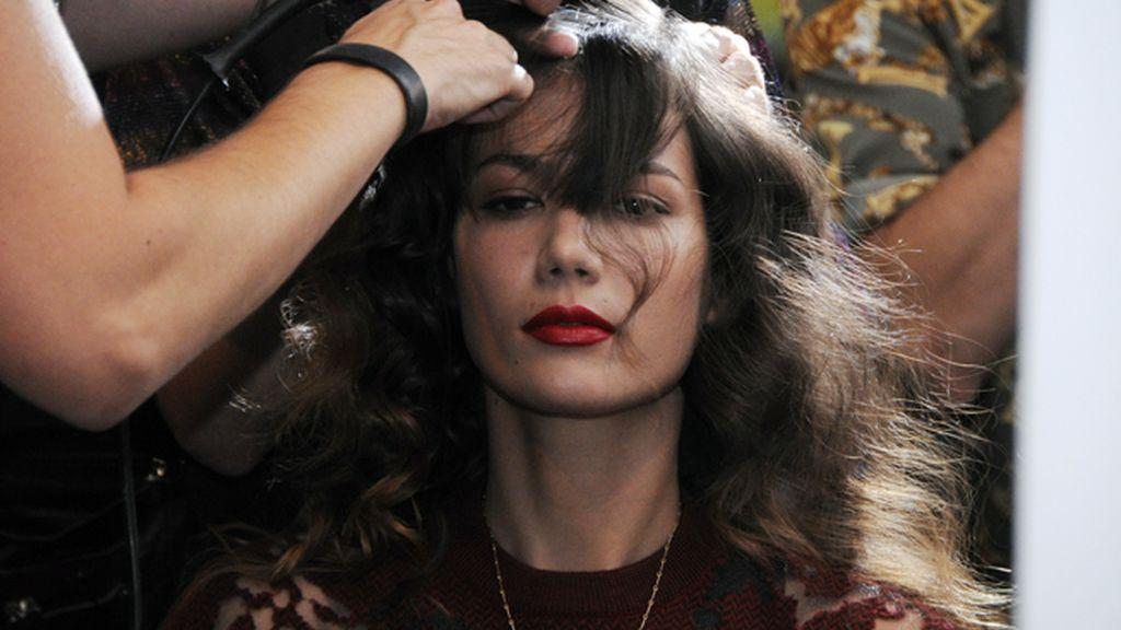 Los peluqueros ponían a punto a las modelos