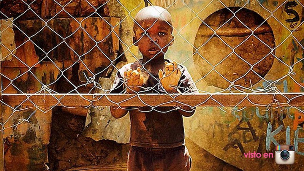 """""""El niño que siempre ve el partido detrás de la valla"""" (Mozambique)"""