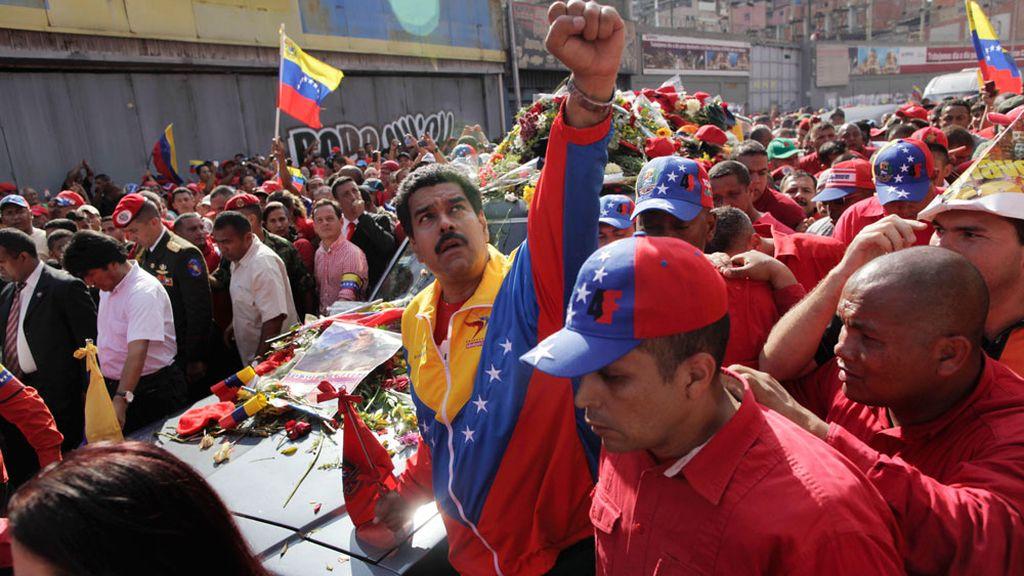 Nicolás Maduro junto al féretro de Chávez