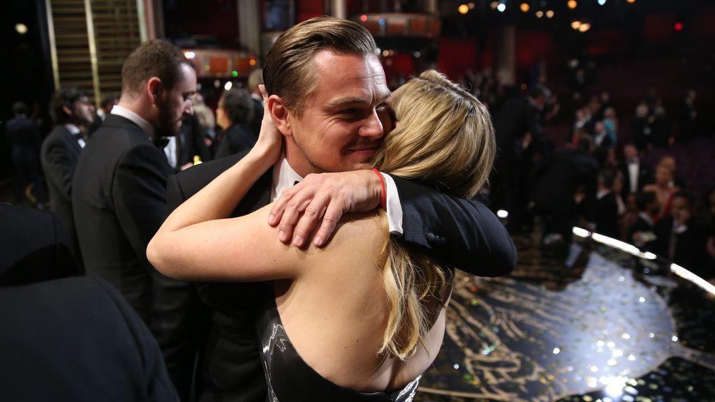 El abrazo de DiCaprio y Kate Winslet tras ser galardonado a mejor actor