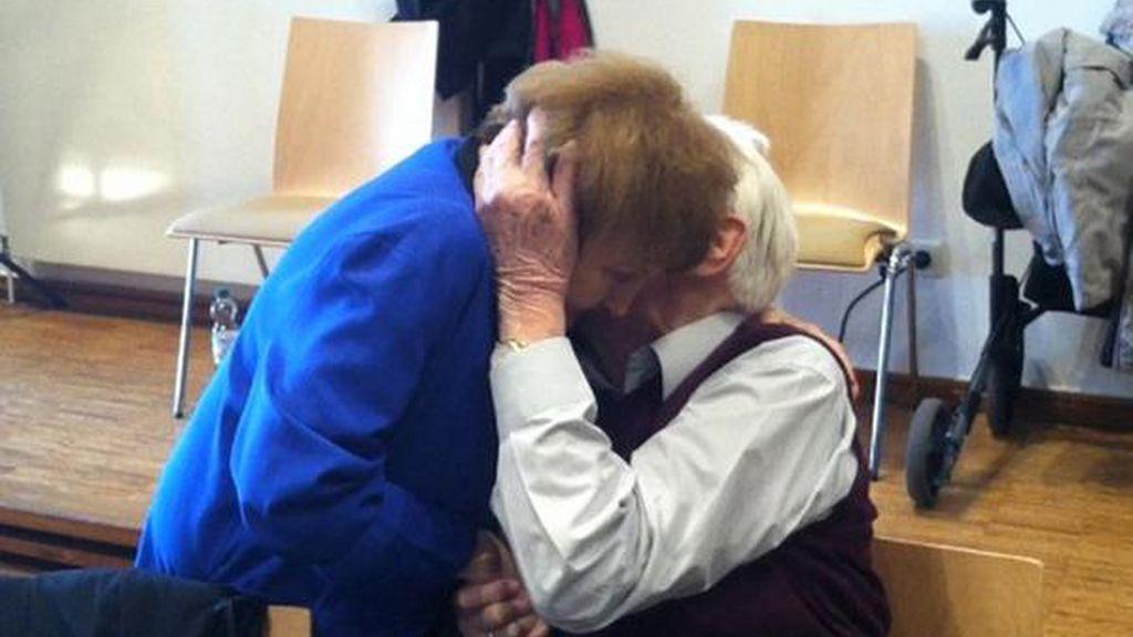 Polémico beso entre la superviviende de Auschwitz, Eva Kor, y el nazi Oskar Groening
