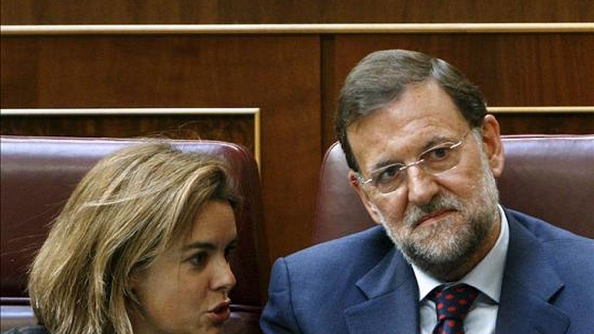 El líder del PP, Mariano Rajoy, y la portavoz del grupo popular, Soraya Sáenz de Santamaría, durante el debate sobre el techo de gasto para 2010. EFE/Archivo