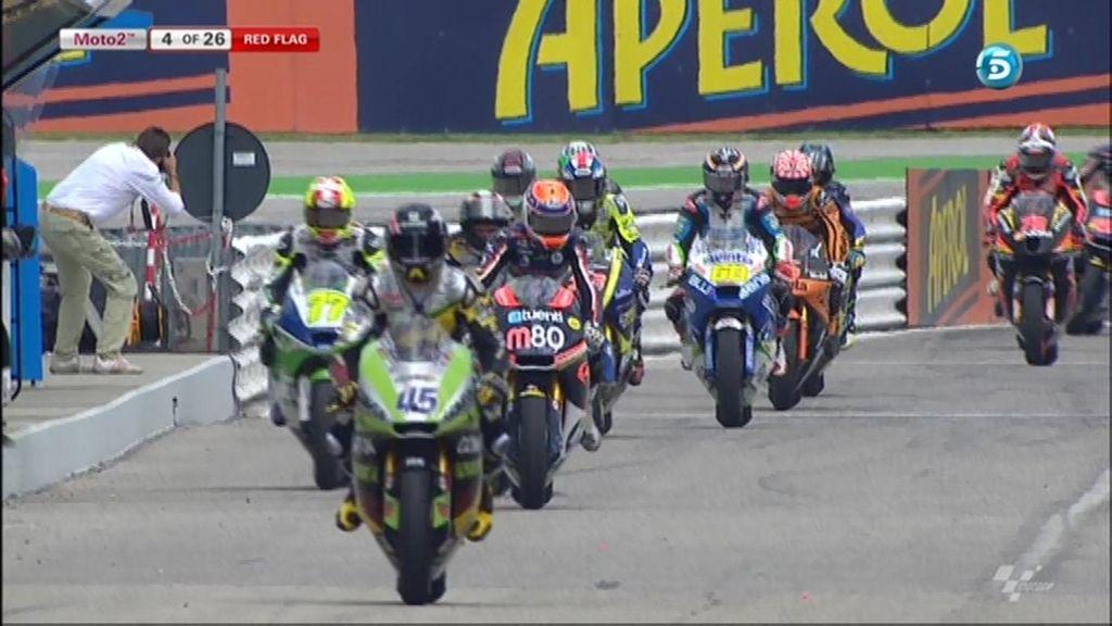 Los pilotos de Moto2 entran en boxes tras la bandera roja