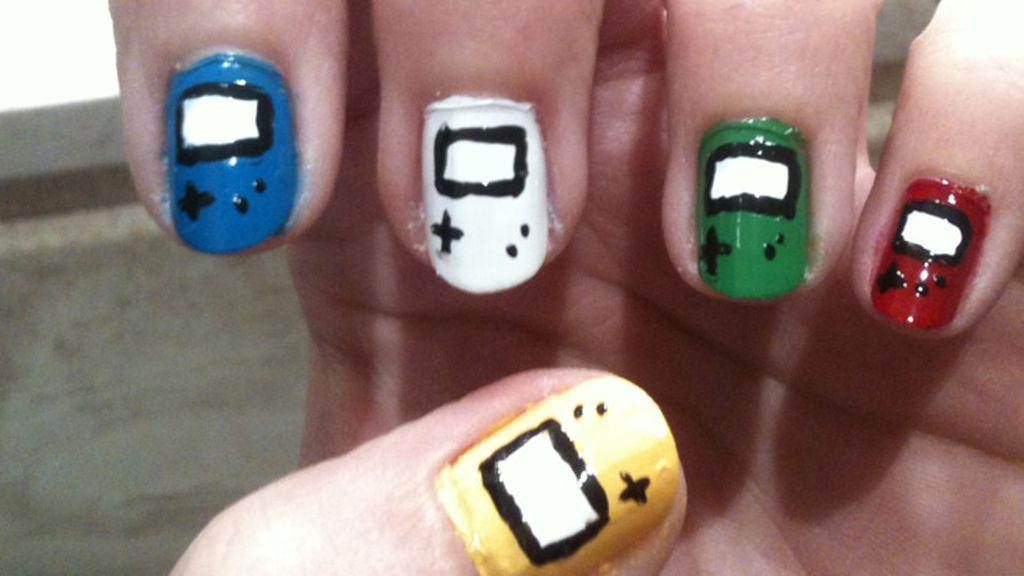 Uñas de colores... pero de Game Boy