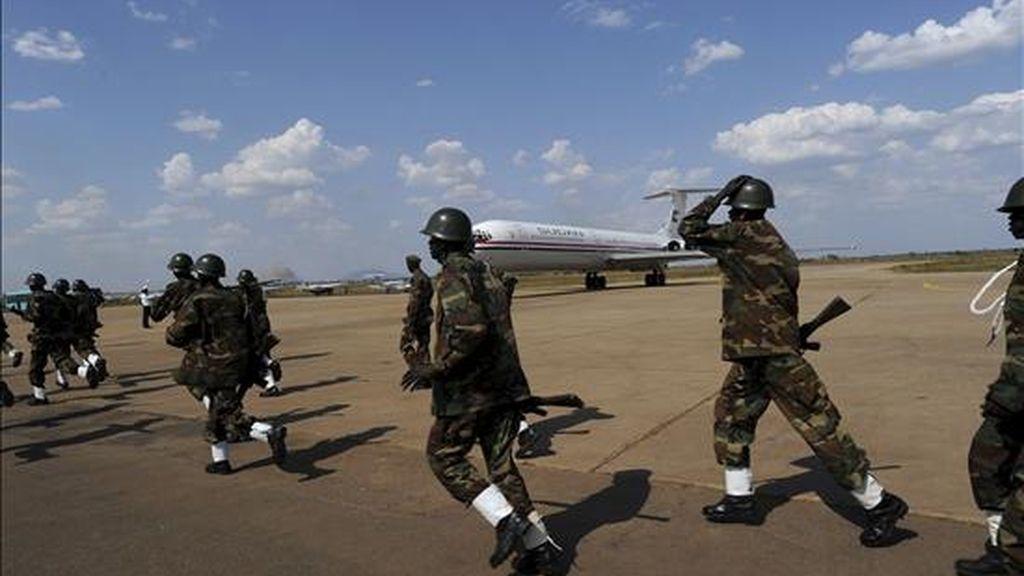 Fotografía cedida por la Misión de la ONU para Sudán (UNMIS) en la que se ve correr a los miembros de la guardia que va a rendir honores al presidente de Sudán, Omar Hassan Ahmad al-Bashir en el aeropuerto de Juba (Sudán), el 4 de enero de 2011. EFE