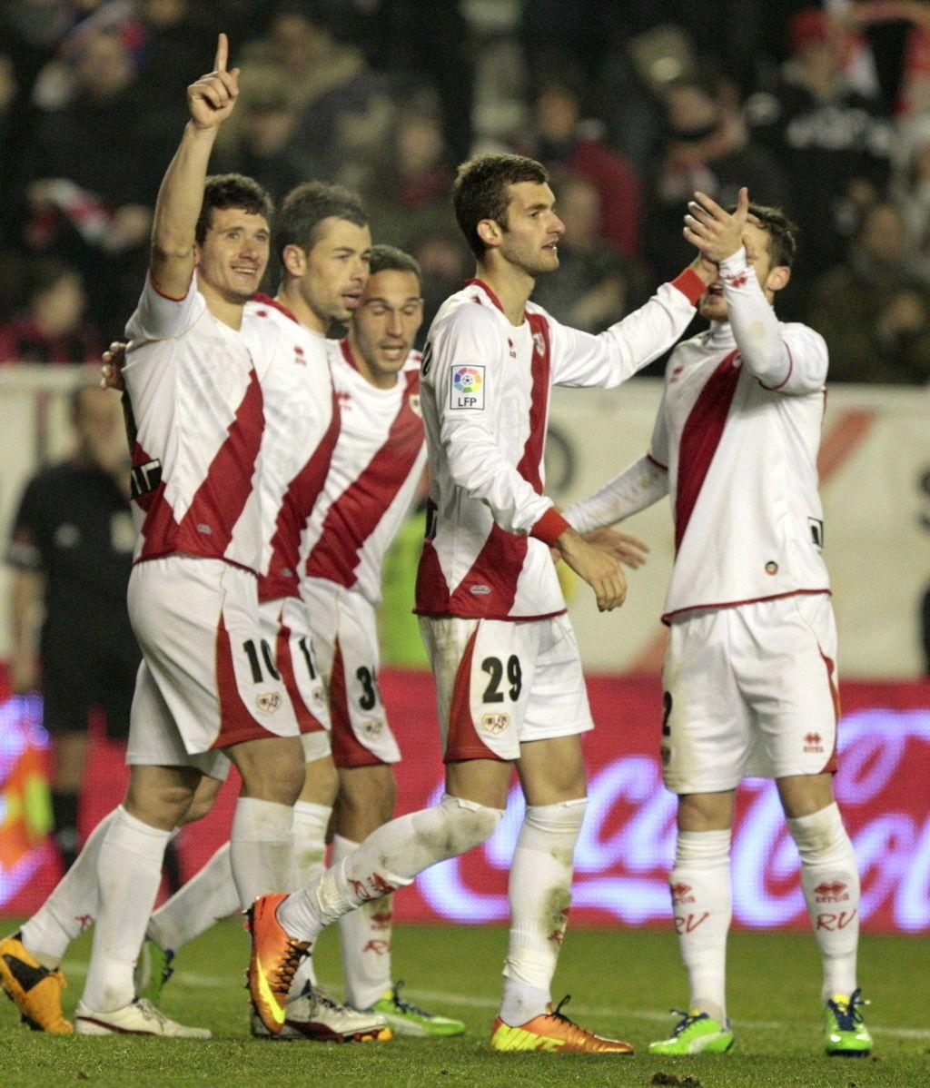 """El delantero del Rayo Vallecano Francisco Medina, """"Piti""""(i), celebra con su compañero uno de los goles que ha marcado ante el Getafe"""