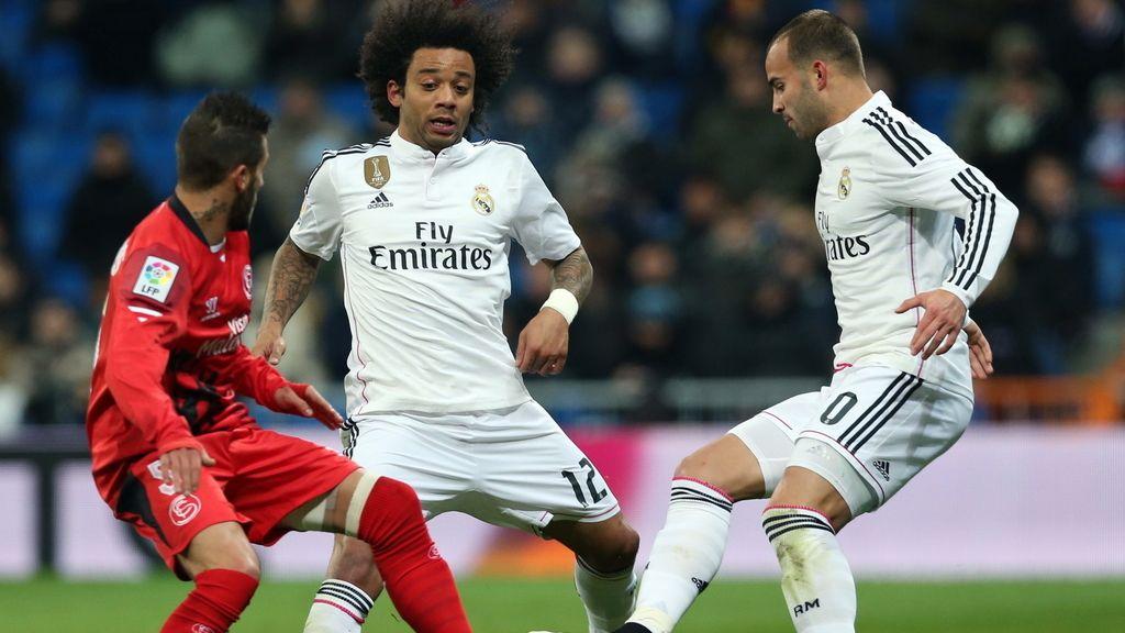 Los jugadores del Real Madrid, Jesé Rodríguez (d) y el brasileño Marcelo Vieira (c), disputan el balón con el portugués Diogo Gomes