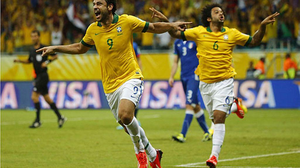 Fred y Marcelo celebran el cuarto gol de Brasil