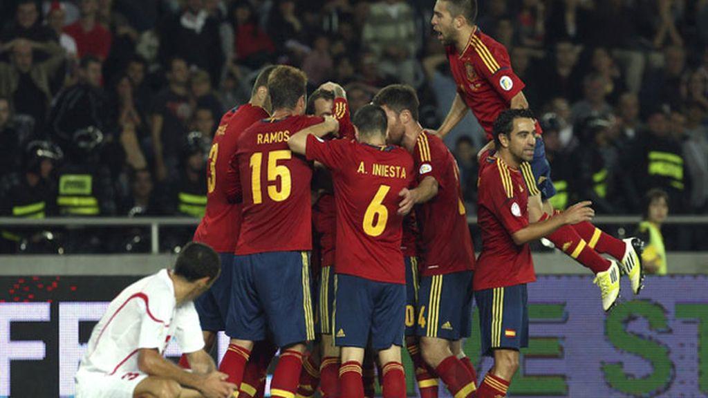 Los jugadores de la selección española de fútbol celebran el gol conseguido por Roberto Soldado contra Georgia durante el partido clasificatorio para el Mundial Brasil 2014